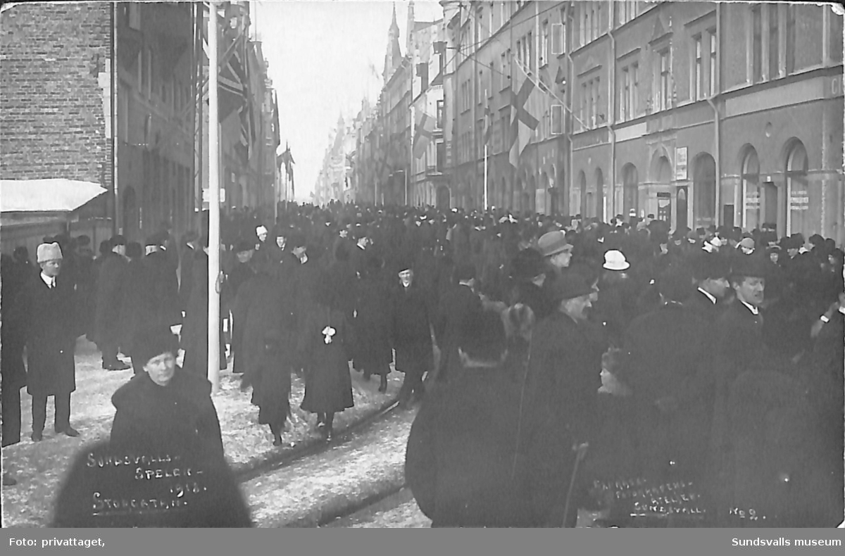Vykort med motiv över Storgatan under Sundsvallsspelen 1918.