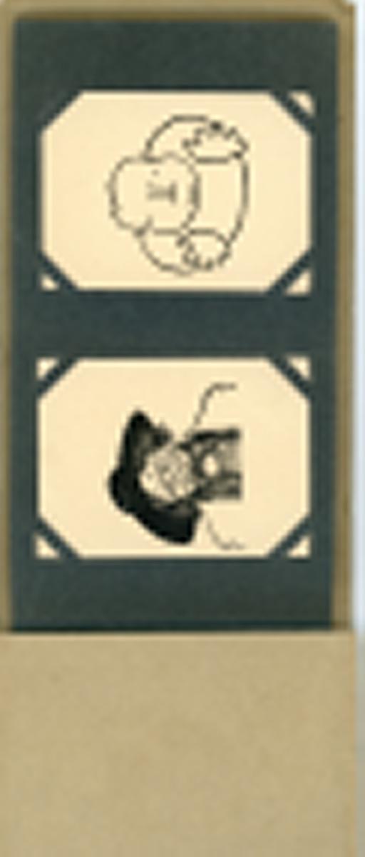 Album med akaba samlekort fra M. Glott. Kortene lå inne i sigaretteskene og viser karikaturtegninger av samtidens populære skuespillere (Victor Bernau, Johanne Dybvad etc.). Ukjent produksjonsdato (antatt 1930-tallet).  Moritz Glott var født i Kiev i 1867, og kom allerede som 10-åring inn i tobakksbransjen. Han forlot Russland i 1887, oppholdt seg to år i Manchester, England, før han slo seg ned i Kristiania i 1890. I 1895 løste han handelsborgerskap og startet en tobakksforretning og en liten fabrikk i Tollbugata 24. Senere arbeidet Glott opp en bedrift som ble en av de ledende sigarett fabrikker i Norge. I 1914 flyttet firmaet inn i egen gård i Torggata 33.