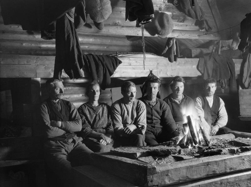 Interiør fra et forholdsvis stort skogshusvære med åreildsted, antakelig fotografert i Namdalen i Nord-Trøndelag vinteren 1927. Foto: Johan Sønnik Andersen /Norsk skogmuseum. (Foto/Photo)
