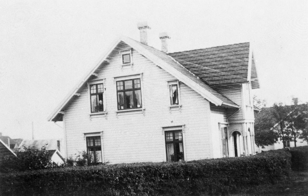 Bustadhuset til Berta Elisabeth Lende (1870 - 1947), Ho er søster til Petter Lende som bygde huset ca 1910. Neste eigar var Ingolf Bjørnsen som selde det til fru Salen. Ho selde det etter ei tid til doktor Carl Aasland. Han reiv det og bygde nytt i 1950 åra. Nåverande eigar i 1990 er Arne Aarsheim.