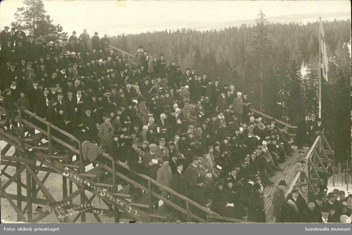 Vykort med motiv över publiken på läktarplats under Sundsvalls spelen 1918.