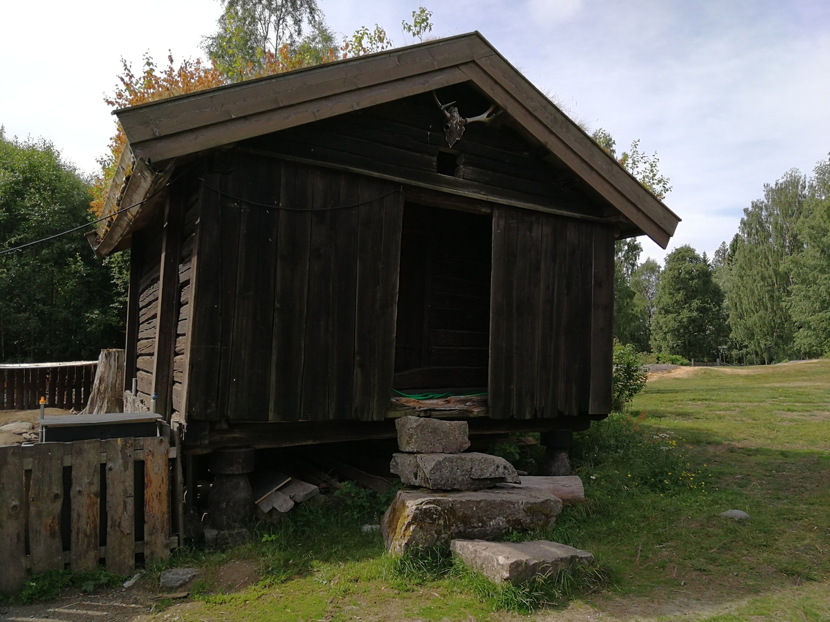 """Stabbur Støråsen. Kalles """"Støråsenbua"""". Flyttet rundt på tunet. Nåværende plassering i 1971."""
