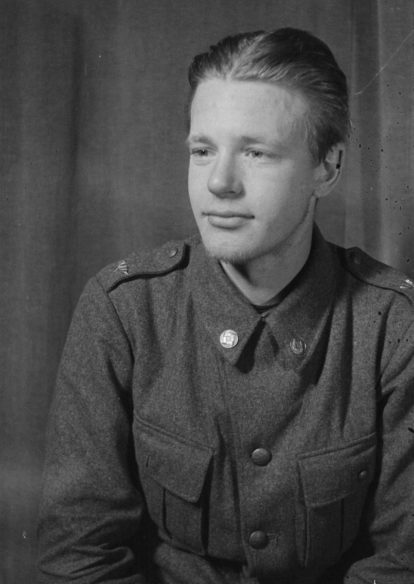 Porträttfoto av soldat Nils Gustaf Roland Kjäll (nummer 839), mekaniker i Posio vid F 19, Svenska frivilligkåren i Finland under finska vinterkriget, 1940.