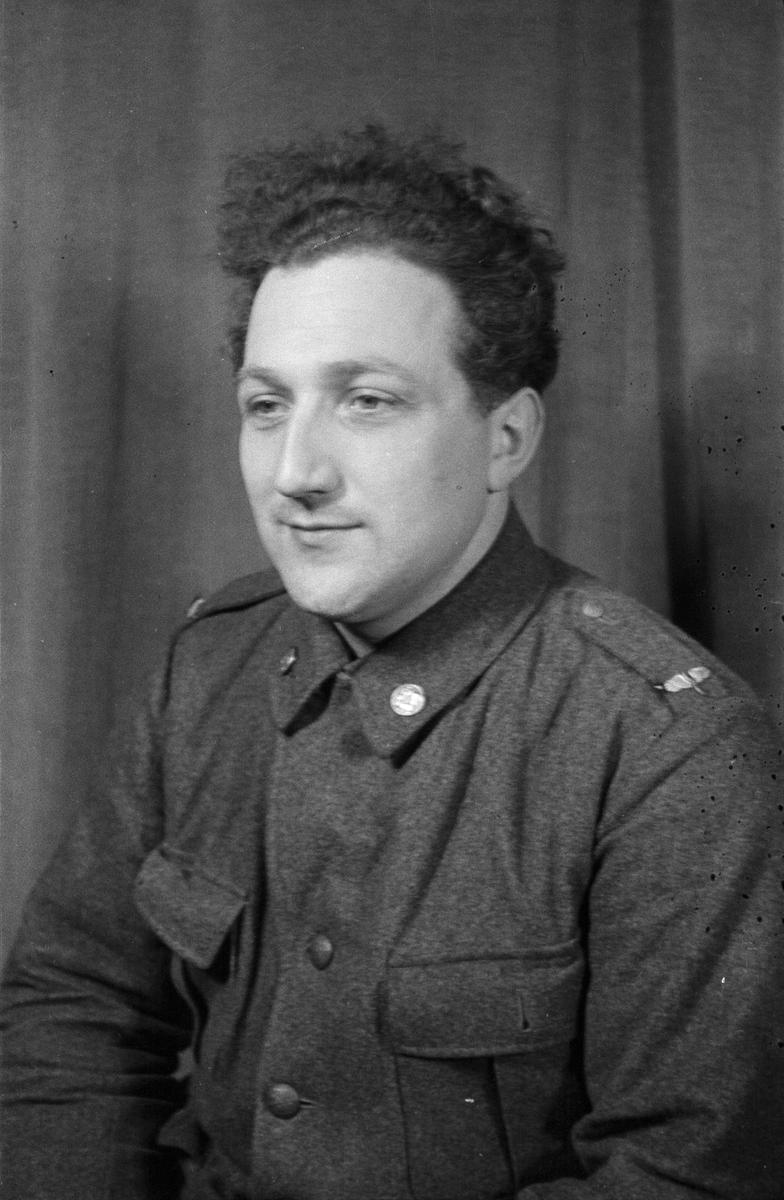 Porträttfoto av soldat Artur Gustaf Andersson (nummer 1980), bilreparatör vid F 19, Svenska frivilligkåren i Finland under finska vinterkriget, 1940.