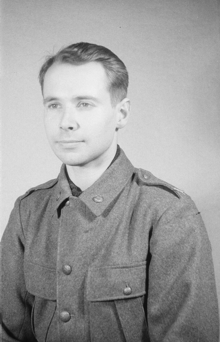 Porträttfoto av John Fredrik Malcolm Hamilton (nummer 496), elektroingenjör vid F 19, Svenska frivilligkåren i Finland under finska vinterkriget, 1940.