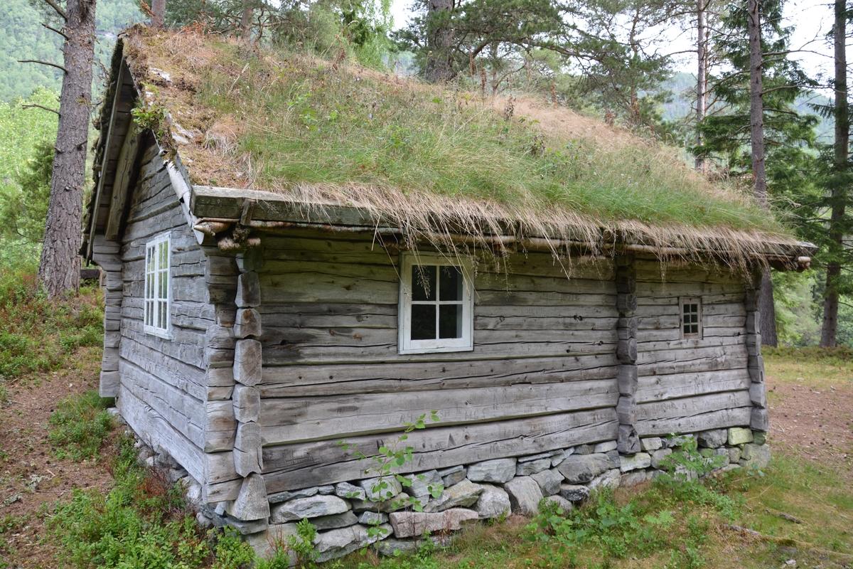 Tømra bygning med to rom: stoverom med jarnomn og utsel. Torvtak.