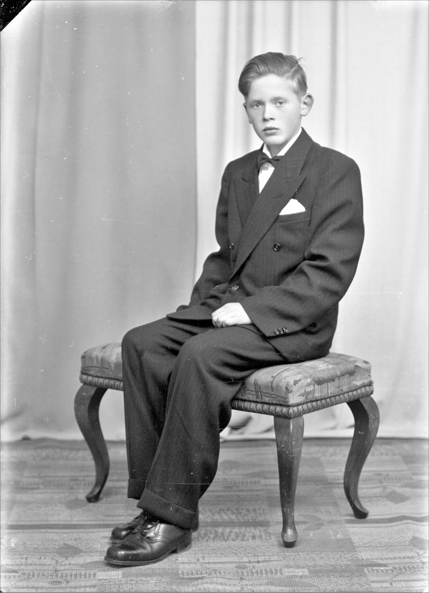 Portrett. Ung mann. Konfirmant. Bestilt av Odd Magne Bjelland