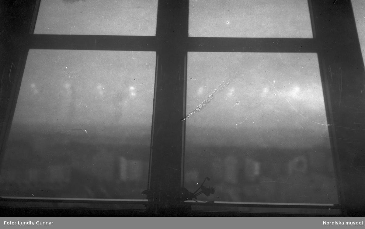 """Motiv: Utlandet, Berlin 114 - 146 ; Vy över en nöjesspark troligen Luna Park i Berlin med besökare som promenerar och sitter på uteserveringar - skylt vid rulltrappa utomhus """"Rolltreppe"""", anteckningar på kontaktkarta 144 """"Fönster"""" 146 """"Unter den Linden""""."""