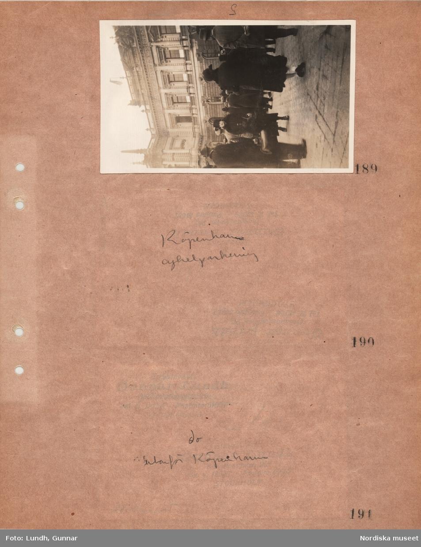 """Motiv: Utlandet, Leipzig 188 - 189, Cyklar 190 - 191 ; Stadsvy med en folksamling vid en byggnad, anteckningar på kontaktkarta 190 """"Köpenhamn cykelparkering"""" 191 """"do utanför Köpenhamn""""."""
