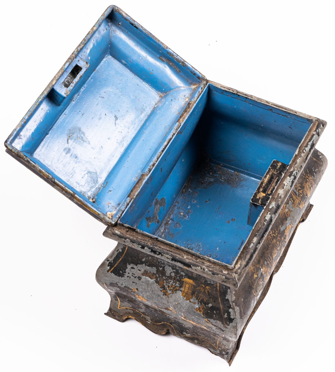 Kat.kort: Skrin, av järnbleck, med bukiga sidor, spår av svart färg med guldlandskap. Inuti blå. Bilderna kinesiska.