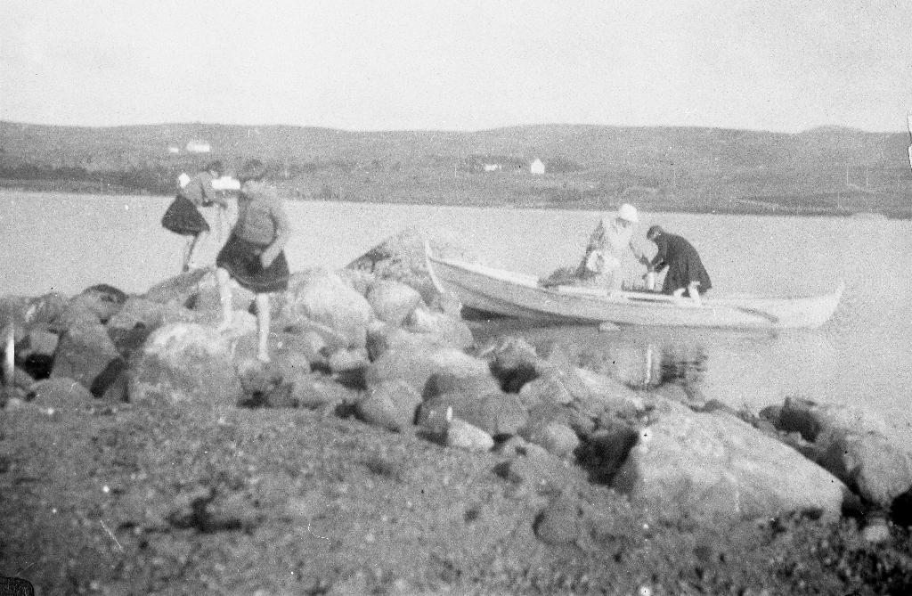 Ilandstiging og rast nore for Klepp stasjon i samband med rotur i Frøylandsvatnet. Huset i bakgrunnen på venstre side er Frøyland gamle skule.