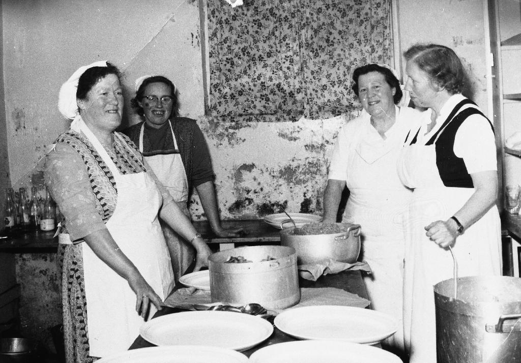 4 kokker frå Bryne. Dei var ein fast gjen som reiste rundt og kokte i bryllup og liknande. Frå v. ukjent, Ingeborg Haugland, Berta Ree og Borghild Time.