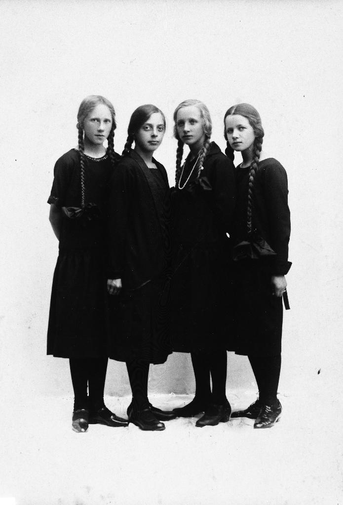 Fire jenter med fletter som gjekk i same klasse. Konfirmantar?. Frå v. Anna Time, Marit Hadland, Jofrid Fotland og Randi Time.
