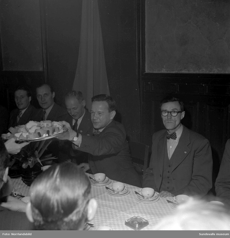 Sundsvallsdistriket av Sveriges arbetsledareförbund håller konferens i Hantverkshuset med fokus på arbetarskydd. En av talarna var Nils Qvarfordt, förrådsförvaltare på Ortviken, längst till höger på första bilden.