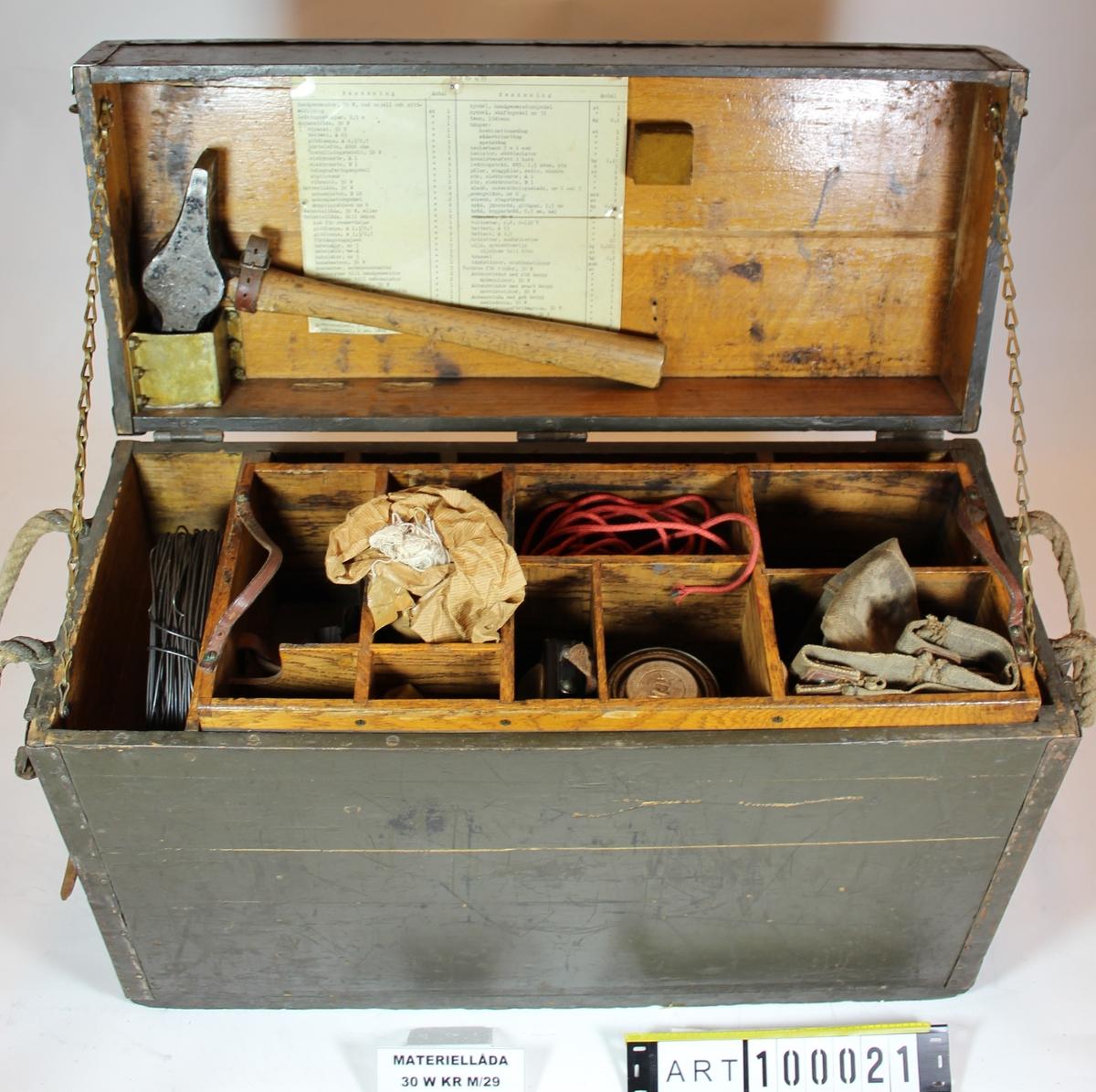 Radiostationen består av 5 kolli. 1.apparatlåda 2. batterilåda 3.materiellåda (individnr 19) 4. handgenerator (individnr 78). 5. mastantenn. I vår samling saknas batterilåda och master.