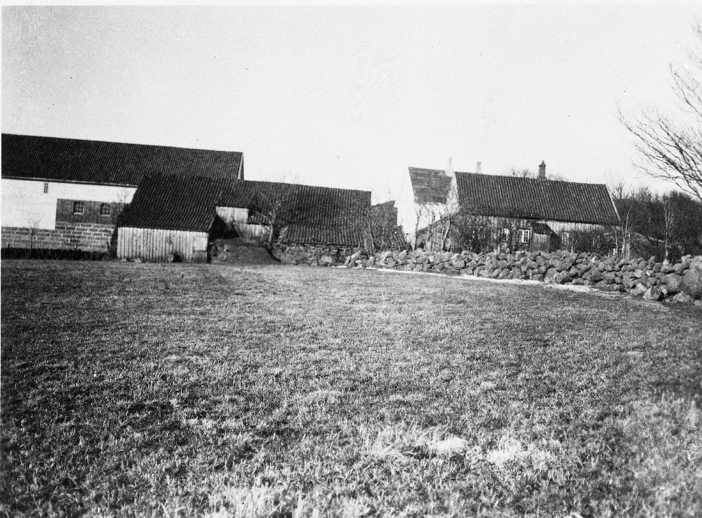 Garborgheimen sett frå aust, byggeår 1848.  Dengamle løa til venstre (Jfr. maleri av Samuel Tveit). Det var i denne løa Eivind Garborg vart funnen død seinhausten 1870. Då dette biletet vart treke i 1920-åra var det Jon Garborg som åtte Garborgheimen.