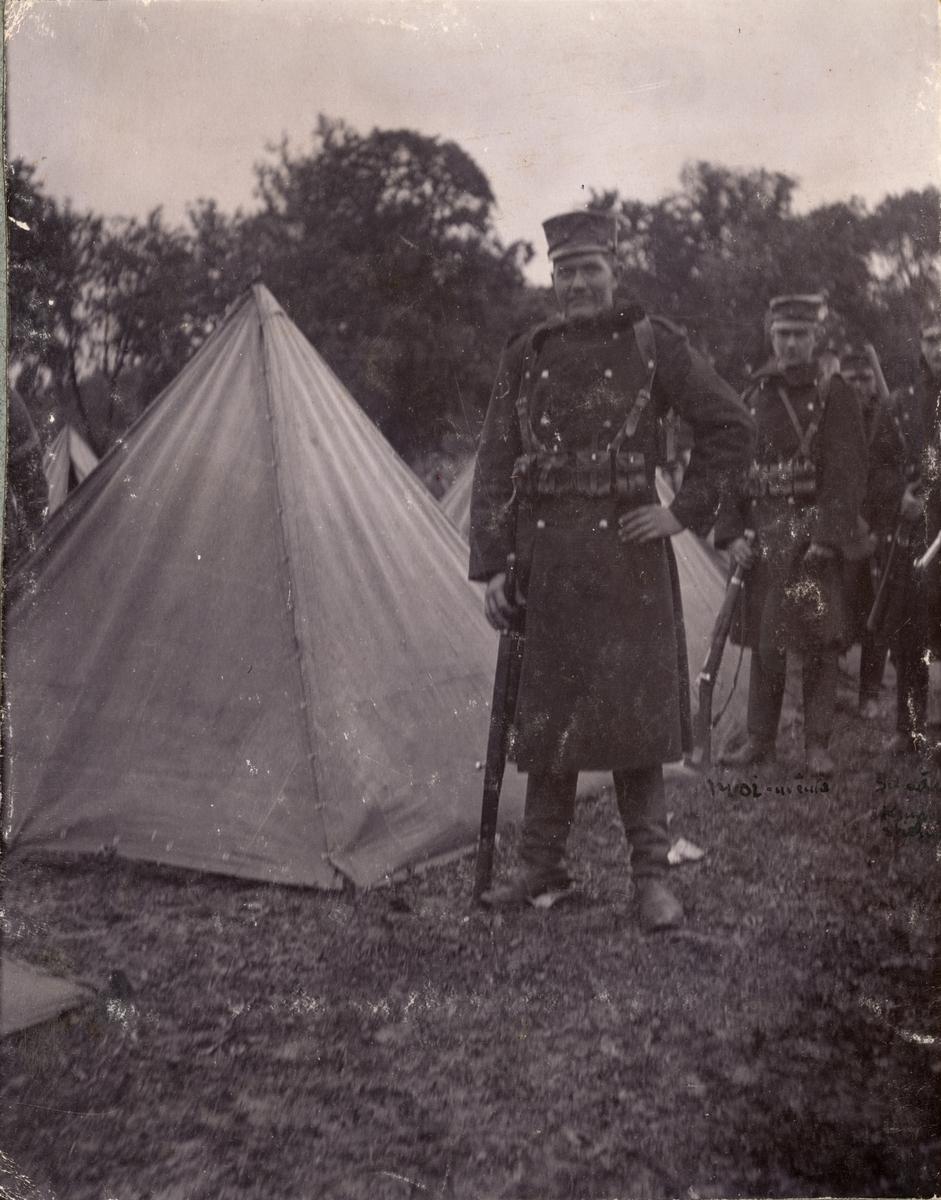 Soldater från Fortifikationen utanför tält.