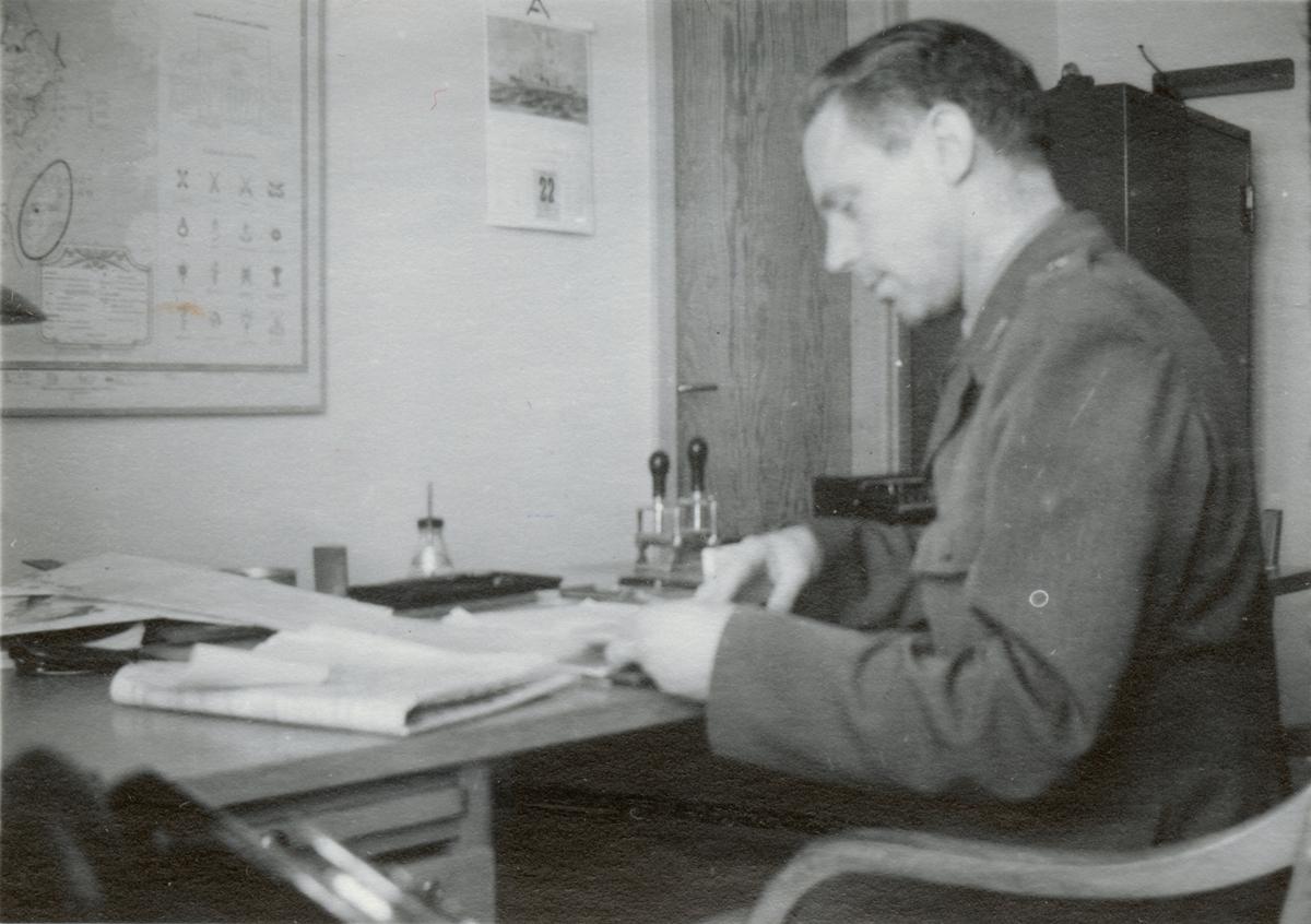 """Text i fotoalbum: """"KAFI DB (=Kungl. Arméförvaltningens Driftsbyrå). Posten granskas""""."""