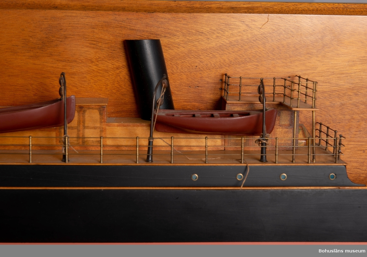 """Halvmodell av ångskonerten S/S Avena.  Monterad på väggplatta med text: """"DAVIDSON OCH STOKOE IRON SHIP BUILDERS SUNDERLAND"""". Har funnits på Bohusläns museum sedan ca 1984. Ursprung okänt.  Ångskonerten S/S Avena tillhörde Thorburns rederiverksamhet i Uddevalla i slutet av 1800-talet, ångbåtsaktiebolaget Avena. Avena byggdes 1873 och såldes 1913.  Material i samlingarna kring Ångbåtsaktiebolaget Avena: UM25221 Halvmodell ångskonerten S/S Avena UM26971 Livbojstavla Ångskonerten S/S Ave UM26972 Livbojstavla Ångskonerten S/S Pollux UM23715 Skeppsporträtt Ångskonerten S/S Annona  Se Bilagepärmen UM025221 för sammanställning om S/S Avena, S/S Sitona och notis """"Spannmålsfraktare från Uddevalla"""". Uppgifterna kompletterade/A-LSM 2006."""