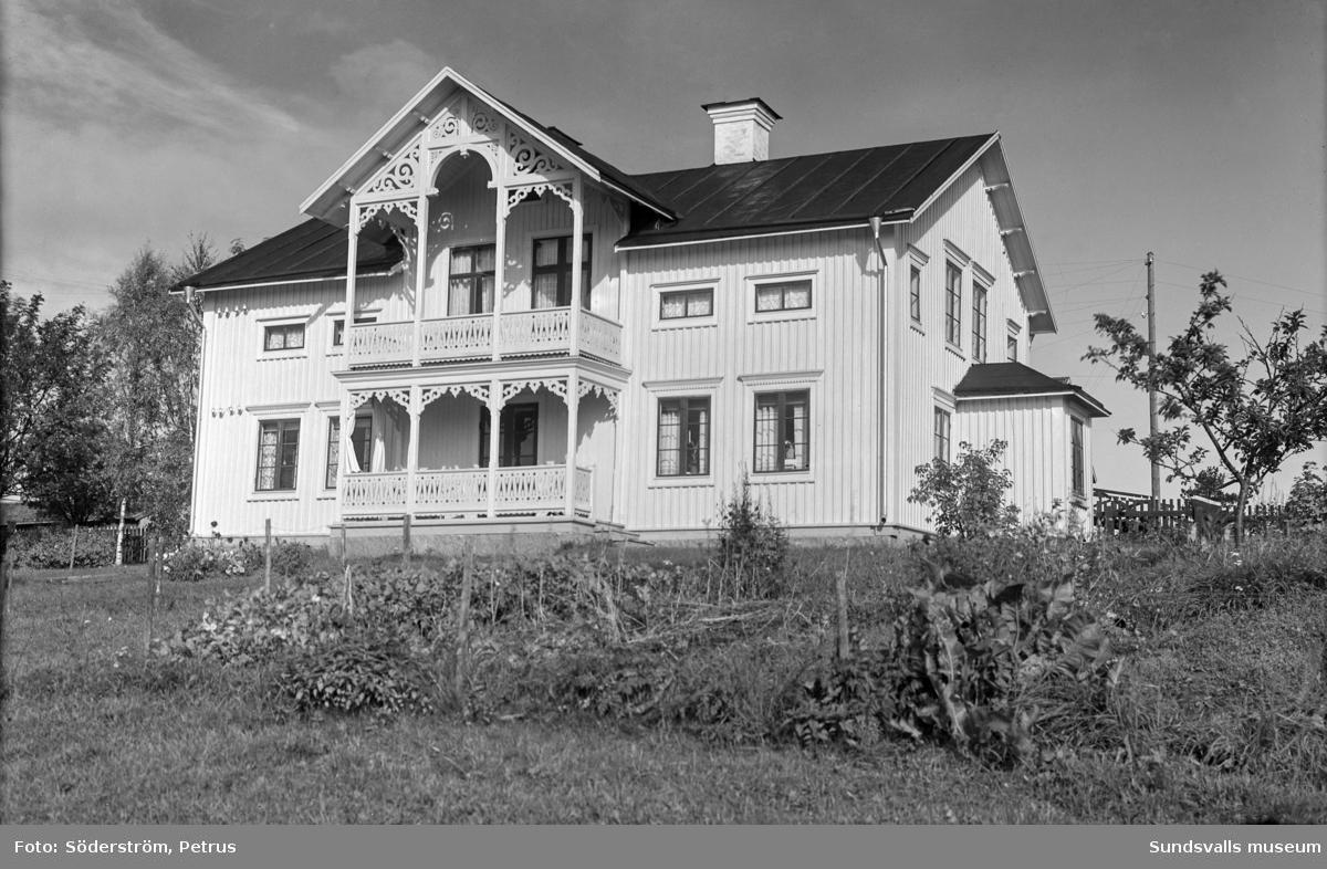 Elfrid och Ada Näslunds hus i Kävsta. Huset brann ned vid ett åsknedslag 1970.