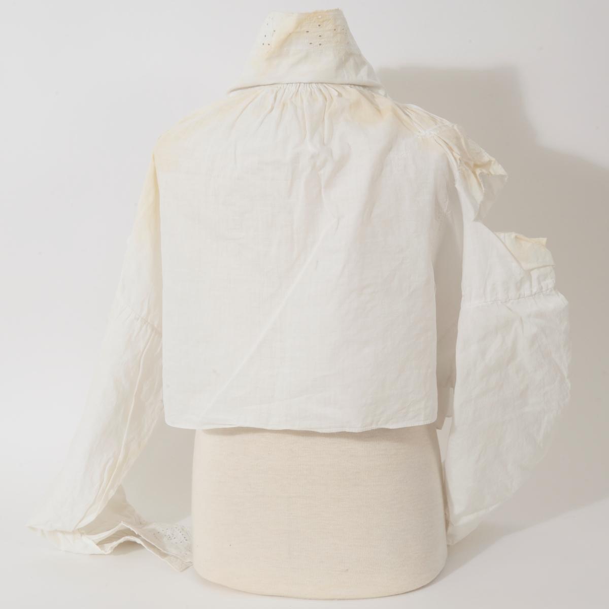 Skjorten er håndsydd med tett striping foran og midt bak, rundt halsåpning og på ermene. Krage med knapphull 3,75 cm med utvidelse, knapphull på mansjettene 2,2 cm med utvidelse. Skjorten er meget tynnslitt og stoppet/reparert flere steder.