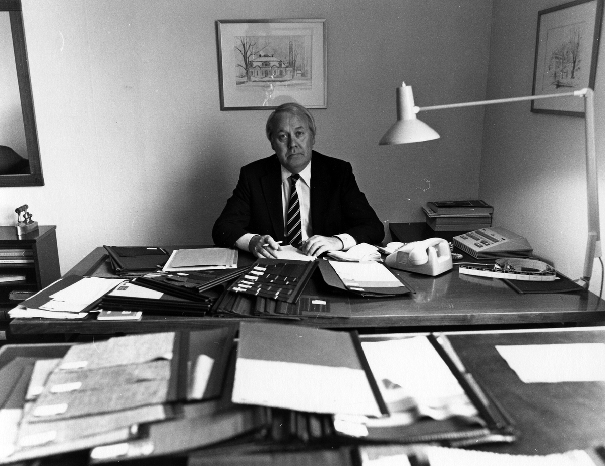 En försäljare vid sitt skrivbord på Drabant AB:s första våning.