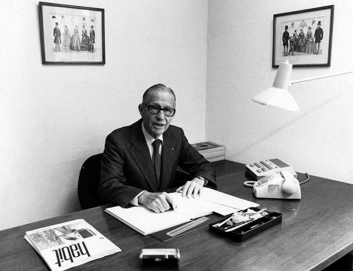 Direktör Gösta Bolling sitter vid sitt skrivbord på Drabant AB:s första våning.