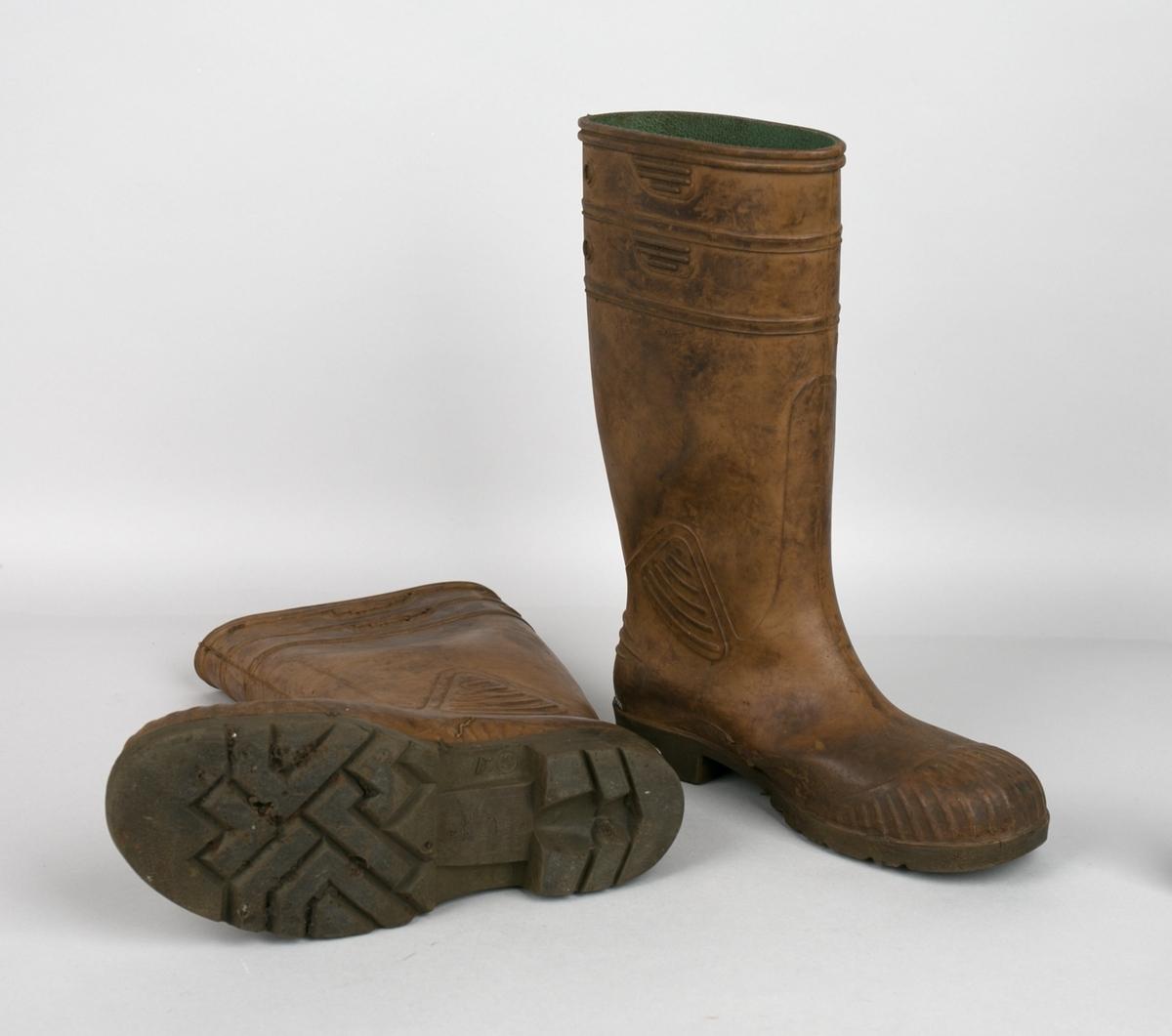 Vernestøvler. Ett par høye gummistøvler str. 9 (43). Utvendig er støvlene av gummi med vernebeskyttelse i tåparti.