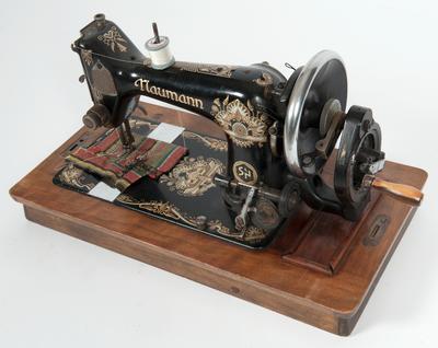 Denne symaskinen er fra Brennelv i Porsanger. Symaskinen var gravd ned i sandgulvet i garasje før tvangsevakueringen. Etter krigen ble den gravd fram og tatt i bruk igjen. Gave fra Arvid Petterson.