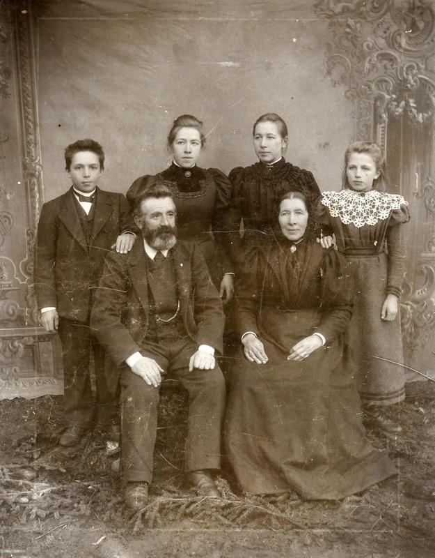 Familien på Thorsrud i Bagn kring år 1900. Her sit Ole og Ingrid, bak står borna Erik, Kristine, Berthine og Anna. Fotograf: Olga Olsen. BV 87-231B. (Foto/Photo)