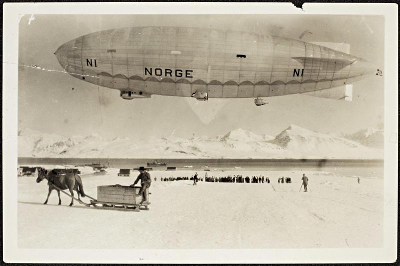 Nasjonalbiblioteket-_Norge__over_Ny-Alesund_ved_avreisen_mot_Nordpolen_11._mai_1926_8887659014.jpg. Foto/Photo