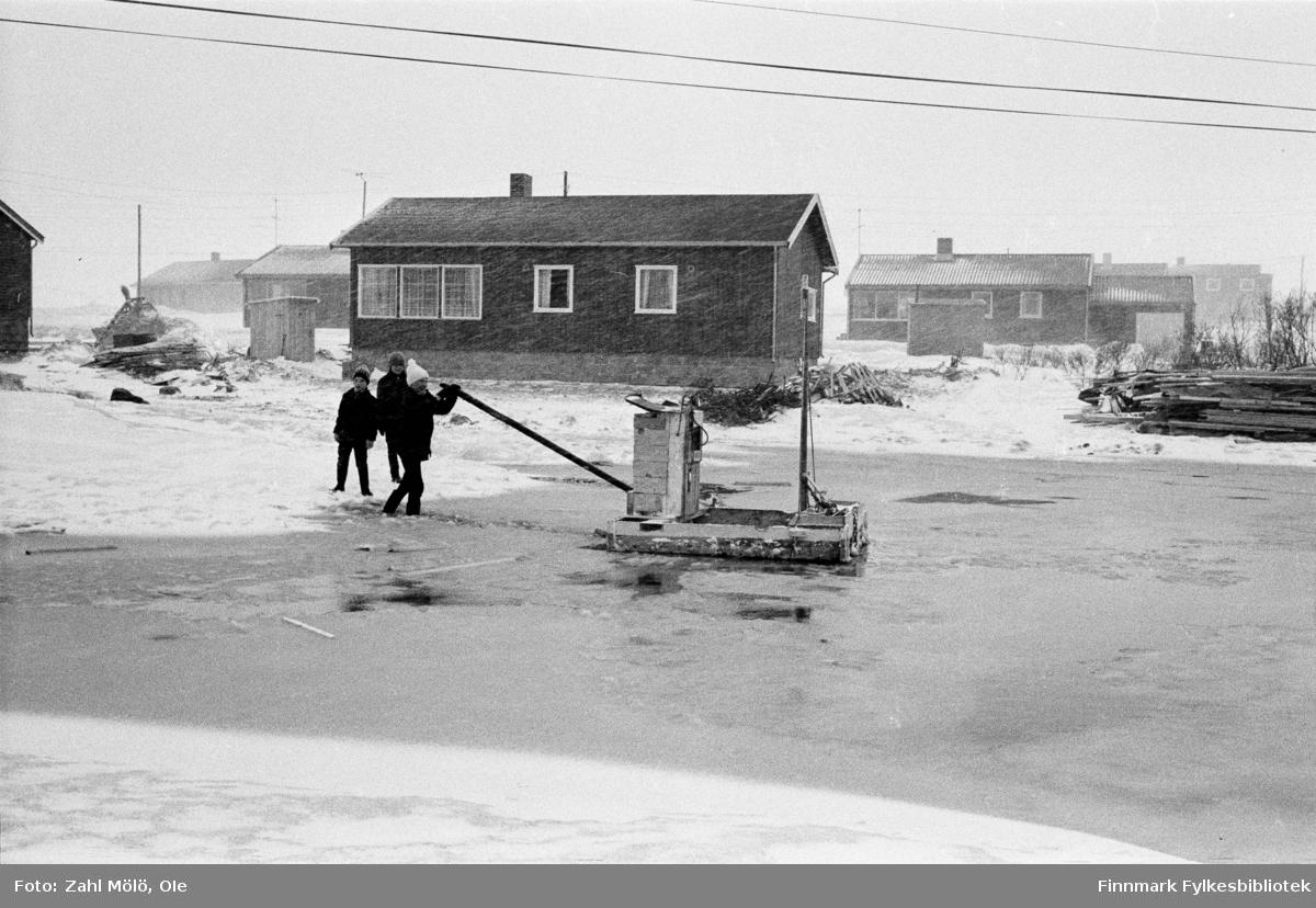 Fotografier fra Vadsø i tidsrommet 1967-68. Hus, lekeplass (1969).