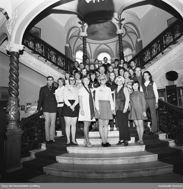 Gruppfoto i trappan på Knaust hotell.