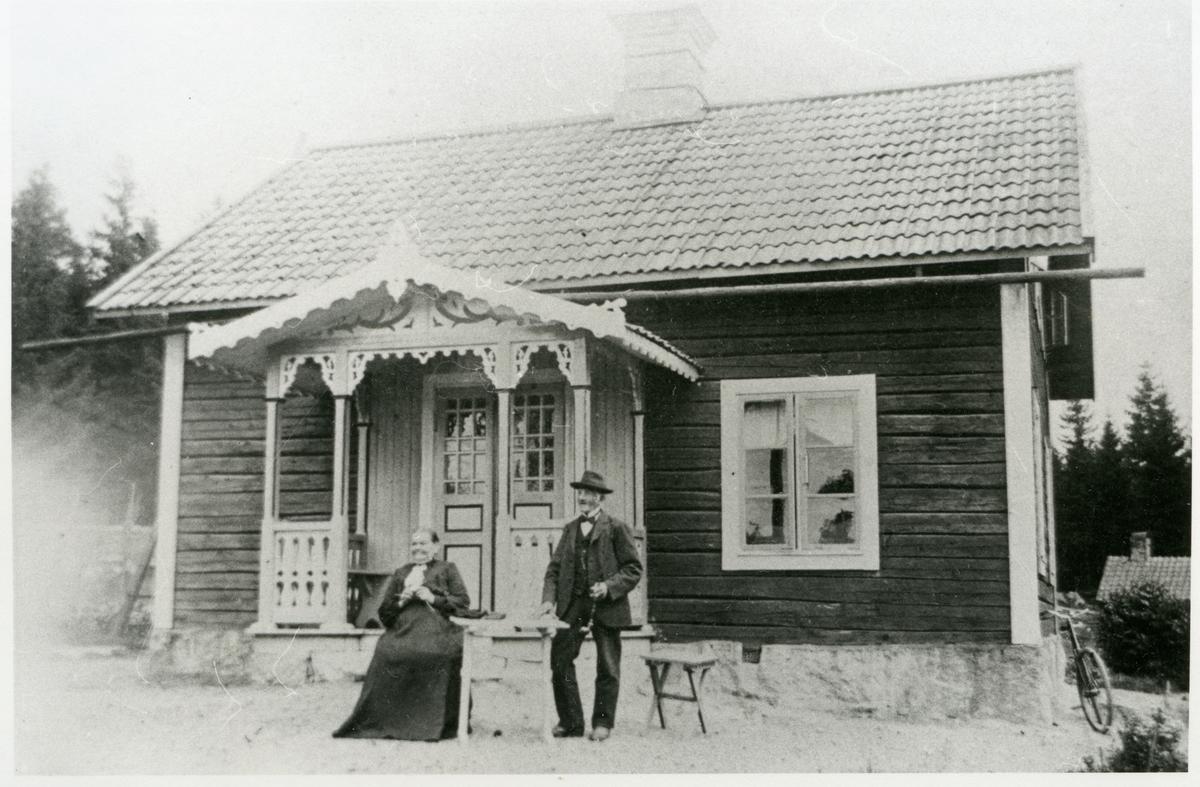 Rytterne sn, Västerås, Vallby gård. Anna och Jan Erik Carlsson utanför bostaden.