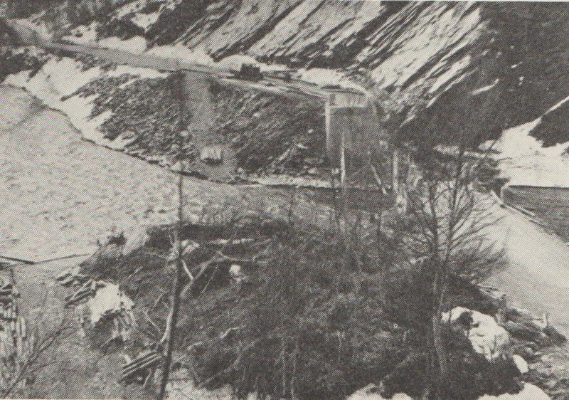 Nåverdalen bru sprengt. Bildet tatt mot sør. Fra Jensen: Krigen i Norge 1940.