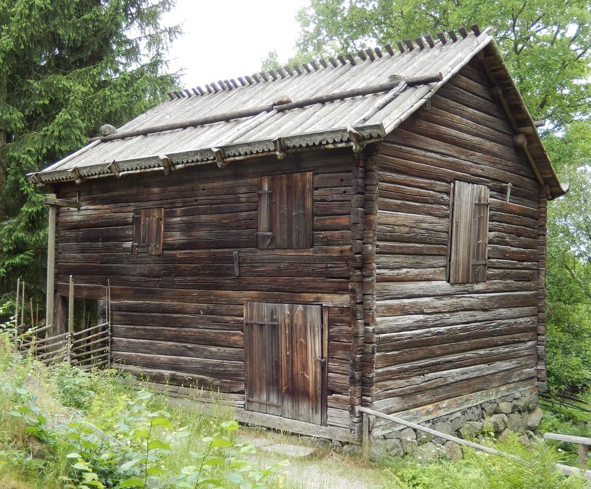 Linberedningsverket på Skansen är en timrad byggnad i två våningar avsedd för att på mekanisk väg bråka och skäkta lin. Den övre våningen skjuter ut på ena sidan och bildar tak över det stora underfallshjulet som är placerat vertikalt efter husväggen och som drivs av vattnet från dammen ovanför verket. Taket är ett sadeltak med näver som tätskikt och takved som håller nävern på plats.  Byggnaden är troligen uppförd under 1800-talets förra del i Nansta, Forsa socken i Hälsingland. Linberedningsverket återuppfördes på Skansen 1918-1919.