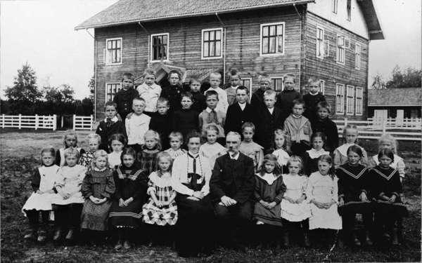 Småklassene ved Gardermoen skole 1907. Skolen er her ganske ny og fortsatt uten panel. (Foto/Photo)