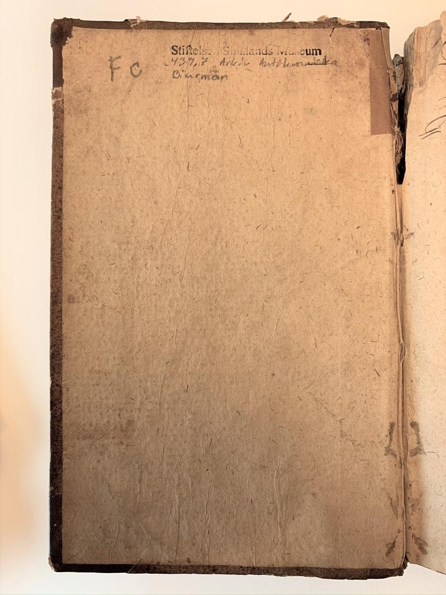"""Handbok för brevställare. Mindre bok ombunden med läderband och återvunnet papper med tryckt skrift. På försättsbladet står: """"En kårt dock tydelig bref-ställare, at med godt sammanhang concipera och författa allahanda slags bref, skrifter, suppliquer och contracter, samt rätt distinguera dem, med de wanlige skiljetecken: punct, colon, semicolon, comma, &c. Såsom ock uptekning på de titlar, som öfwer och under bref och andra skrifter, samt på utanskriften, efter den, nu för tiden, wanliga curial-styl, brukas til alla kongl. maj:ts och riksens collegier samt rätter, jämwäl högre och nedrigare : stånds-personer. Med en bifogad orda-lista, på de latinska, fransöska och italienska ord och juridiska termer, som mäst äro brukelige uti bref och skrifter; i anledning af ... Samuel Strykii Tractat de cautelis contractuum, samt Frants : Henning Schadens expedite Brief-Steller sammandragen, och efter den styl, som här i Swerige är brukelig, författad af Joh. Biurman. Cum gratia & privilegio s:æ r:æ majestatis""""."""