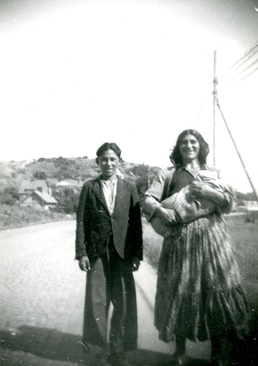 En kvinna och en ung pojke står vid en landsväg i Tingstad, Göteborg 1943. I Göteborg finns flera platser runt om i staden med koppling till svenskromsk nittonhundratalshistoria. Lägerplatserna förlades ofta i vad som då var stadens ytterområden eller andra icke-planlagda områden. Romska lägerplatser har funnits bland annat i Fredriksdal (1920-tal), Kvillebäcksområdet (1920-talet) och i Bergslagsparken (1950-tal).