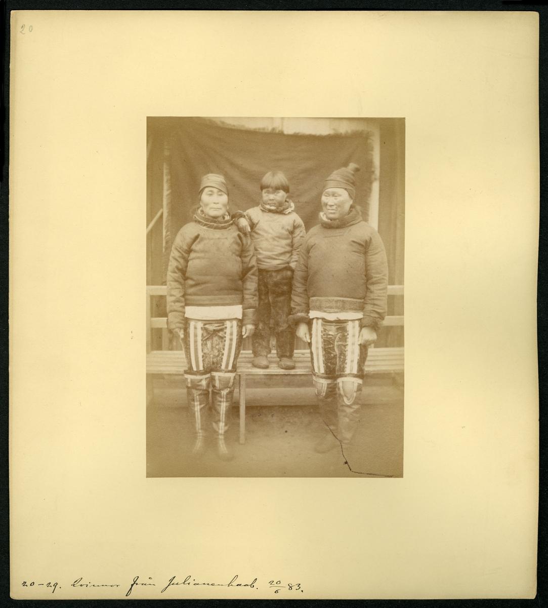 Svenska Grönlandsexpeditionen 1883. Porträtt av två kvinnor och ett barn från Julianenhaab.