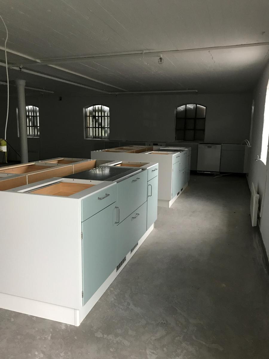 Kjøkkenøy og benk produsert av Nygård kjøkken i Mo i Rana. Kjøkkenet er bygget etter samme prinsipper som mange norskproduserte kjøkken i Norge i etterkrigstiden. (Foto/Photo)