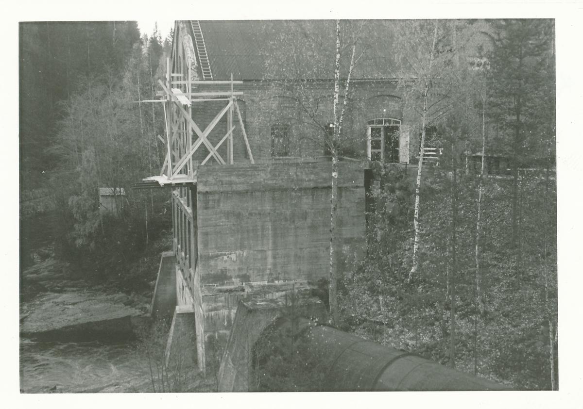 Utvendig reperasjon av taket og gesims på kraftstasjonen i Nybruket på Kistefoss.