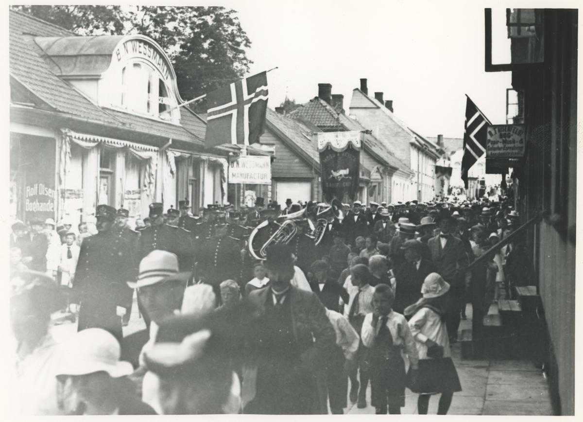 Turnstevne i Moss 1915. Tre bilder.  Bilde 1-2: Kongens gt.  Bilde 3: Dronningens gt.