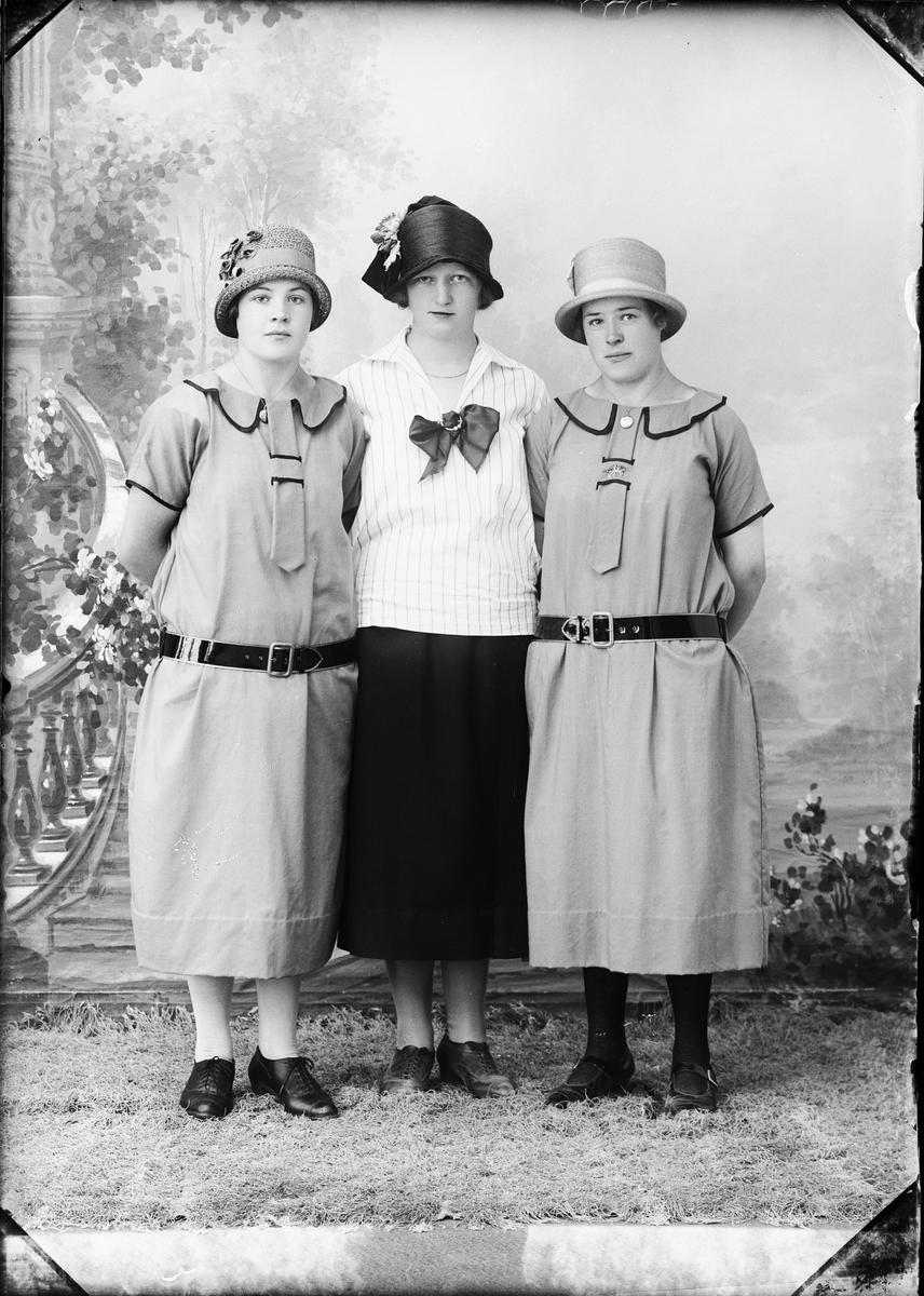 Ateljéporträtt - två kvinnor och Alice Häggrot från Marka, Harg socken Uppland 1926