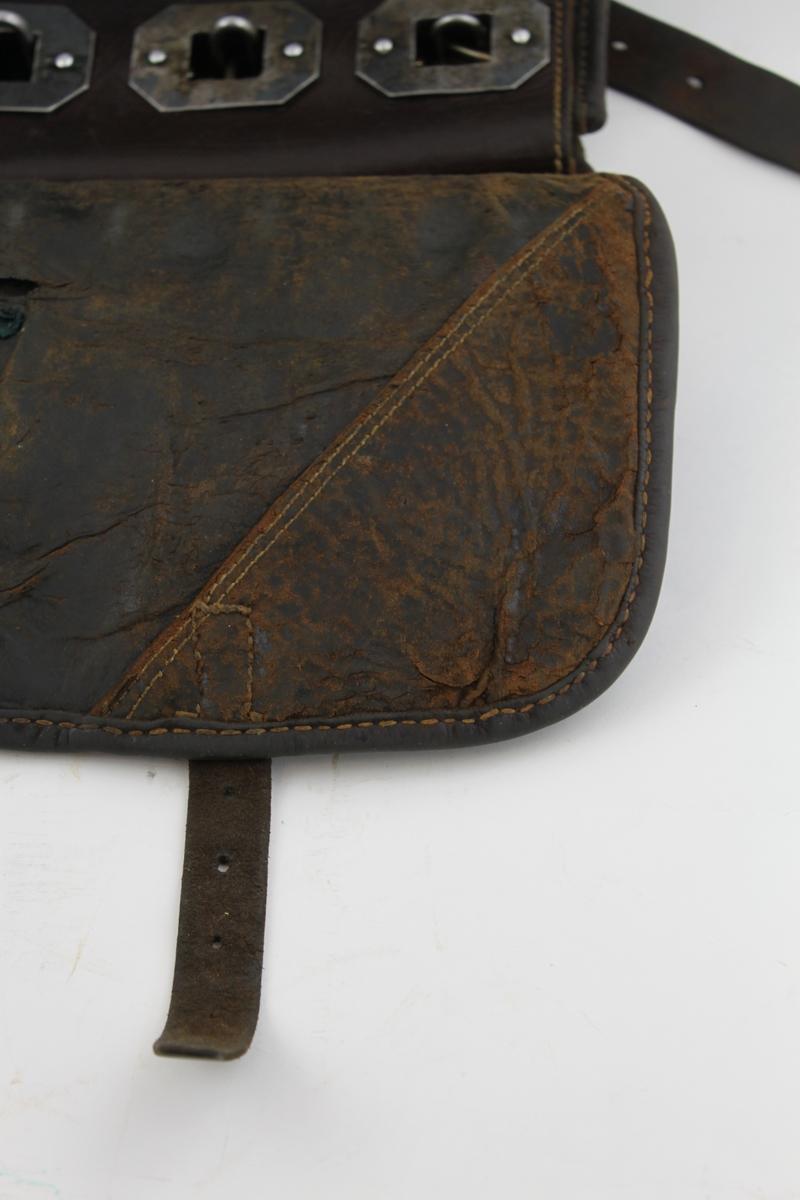 Postväska så kallad lösväska av läder för slutna poster. Väskan är försedd med en mässingsplåt med ett högervänt posthorn och inskriptionen No 90 graverat på plåten. Låsanordning med sex låsbyglar med järnöglor fästa i byglarna. Väskan låses genom att koppla samman öglorna. Väskan har ett yttre och ett inre fack.