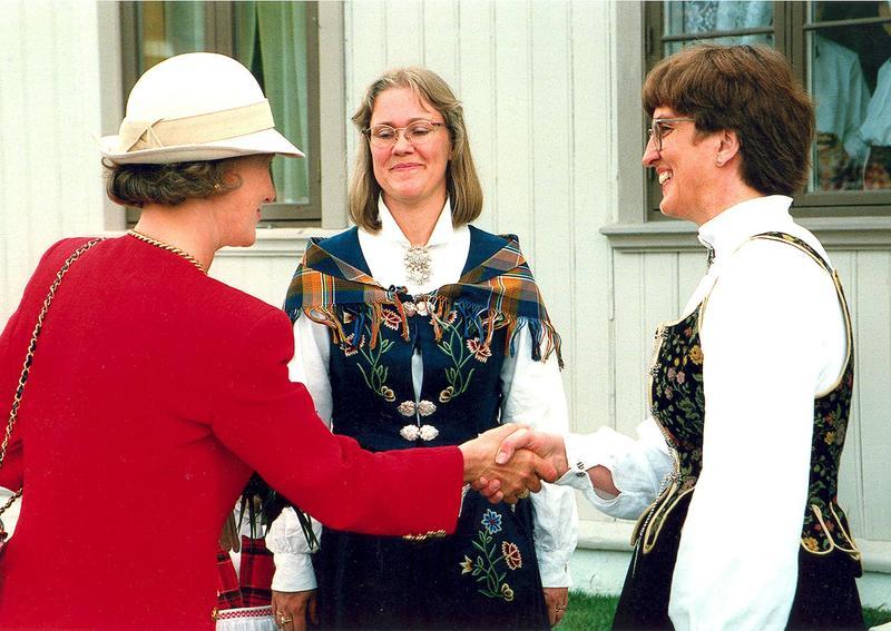 Fra åpningsdagen 31. mai 1995. HKH Dronning Sonja, direktør Kari Sommerseth Jacobsen og styreleder Åsne Stolpe utenfor Kvinnemuseet. Foto: Tilhører Åsne Stolpe. (Foto/Photo)