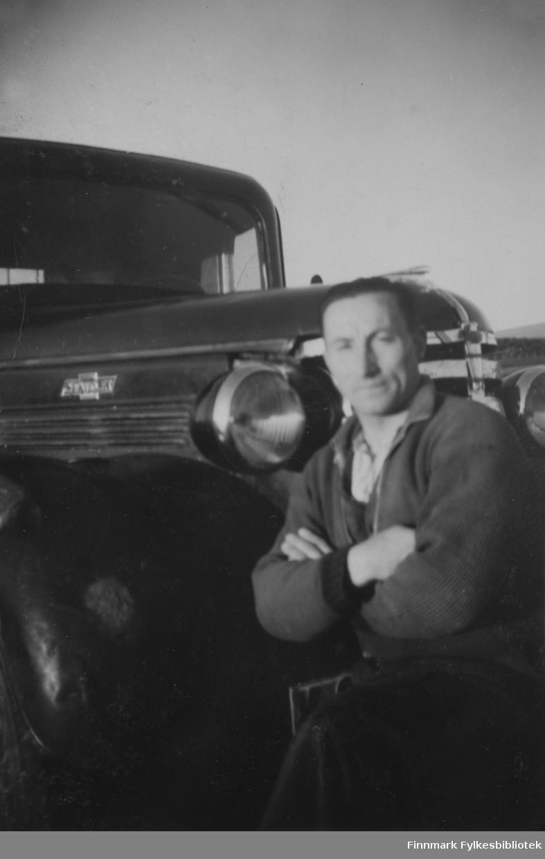Hans Sandeng ved siden sin lastebil (Chevrolet 1938 modell) i Børselv rundt 1940.