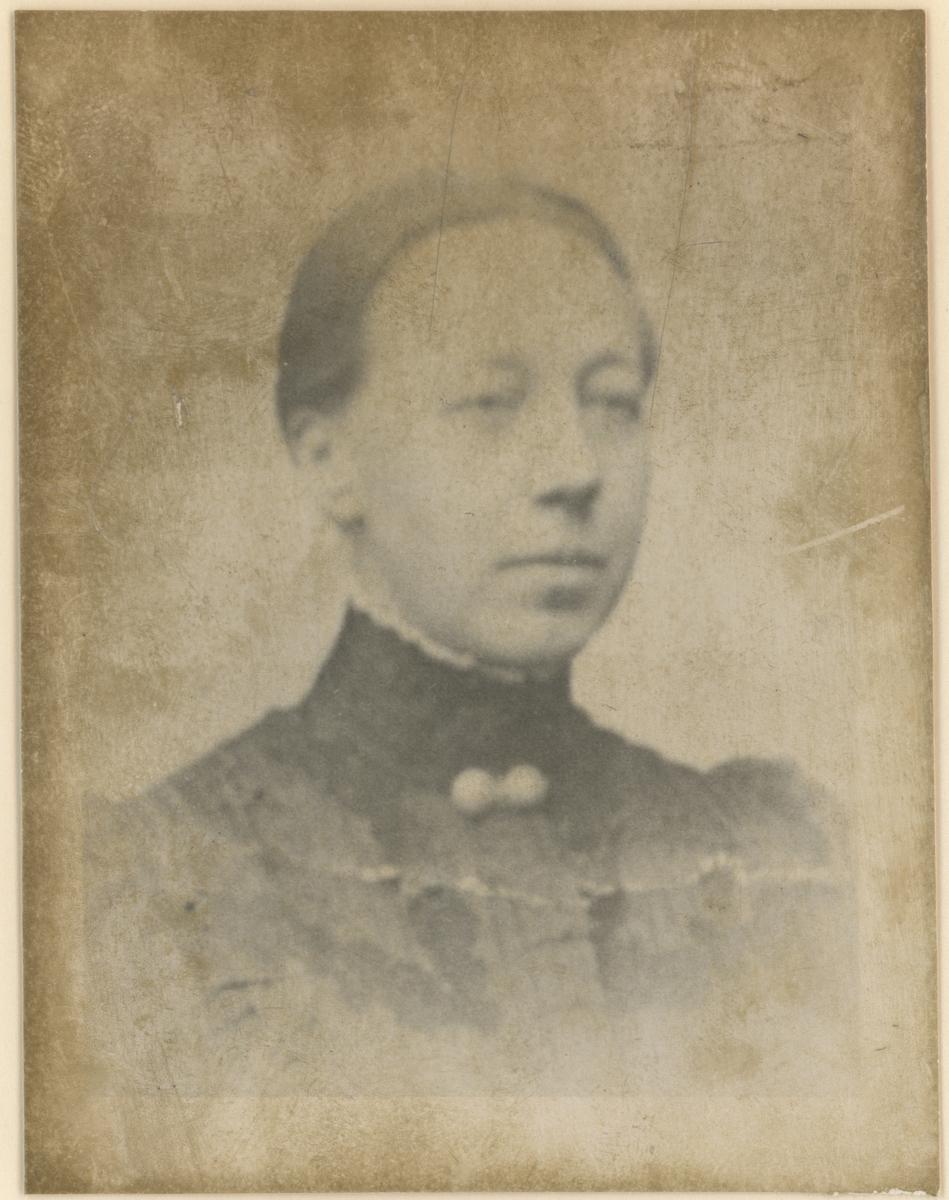 """Portrettfotos.  Bilde 1: Kirsten Sophie Holst (1860-1925). Må regnes som grunnlegger av den første Moss Korforening. Ugift.  Bilde 2: Charlotte Dahl (1844-?), lærer.  Bilde 3; Auguste """"Gusti"""" Franck, f. Kirsebom (1885-1968)."""