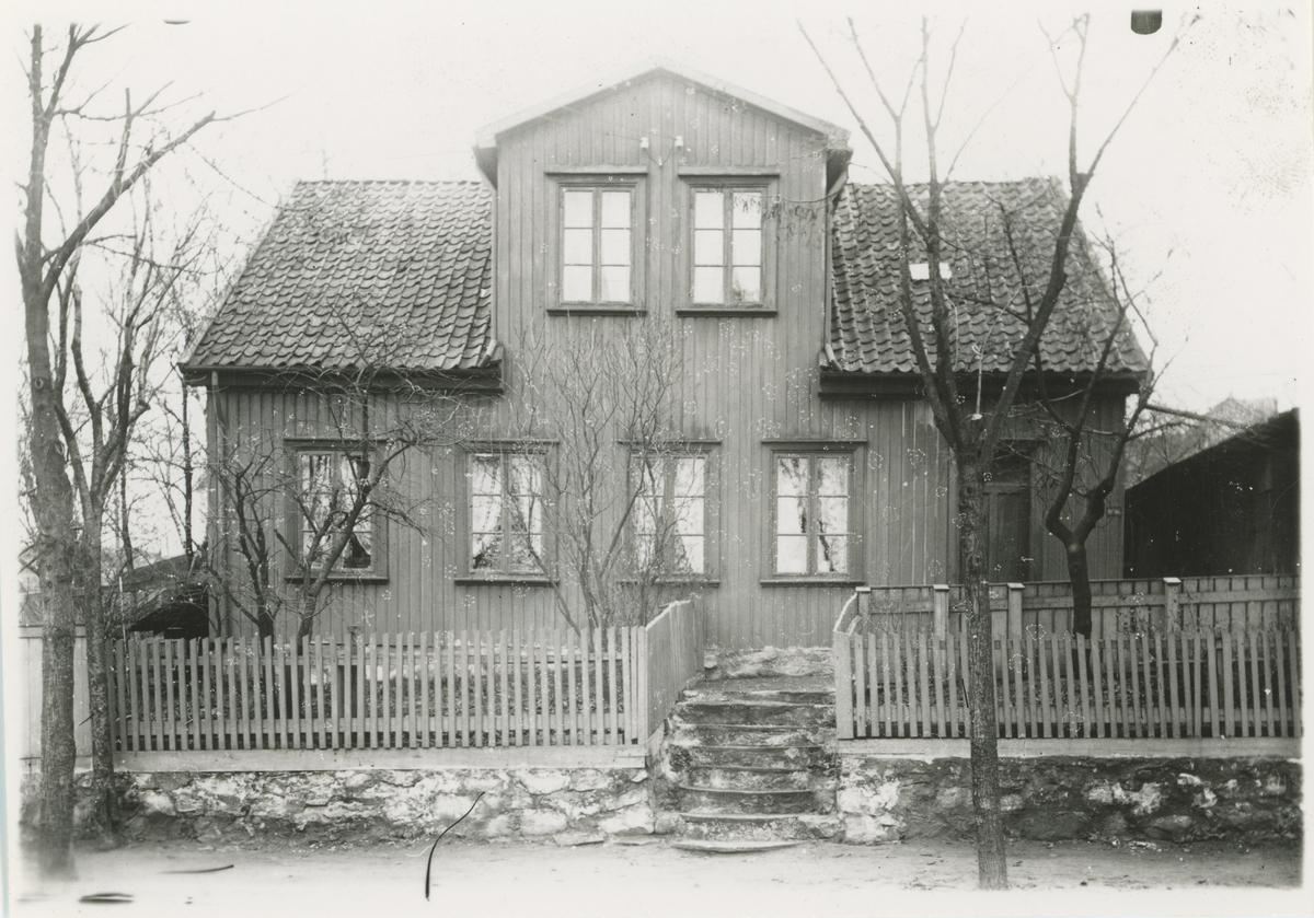 Klostergt., tre bilder, ca. 1910. Trykk på pilen.  Bilde 1: Muligens bolighus.  Bilde 2: Bolighus (nr. 16).  Bilde 3: Bolighus.