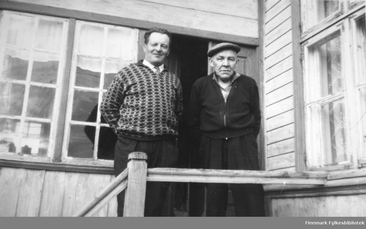 To menn står på trappa til Havnefogd Nilsen sitt hus i Salttjern.